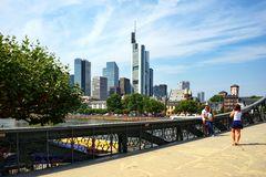 Frankfurt - Eiserner Steg mit Skyline