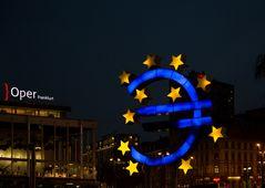 Frankfurt - Eurozeichen am Willy-Brandt-Platz