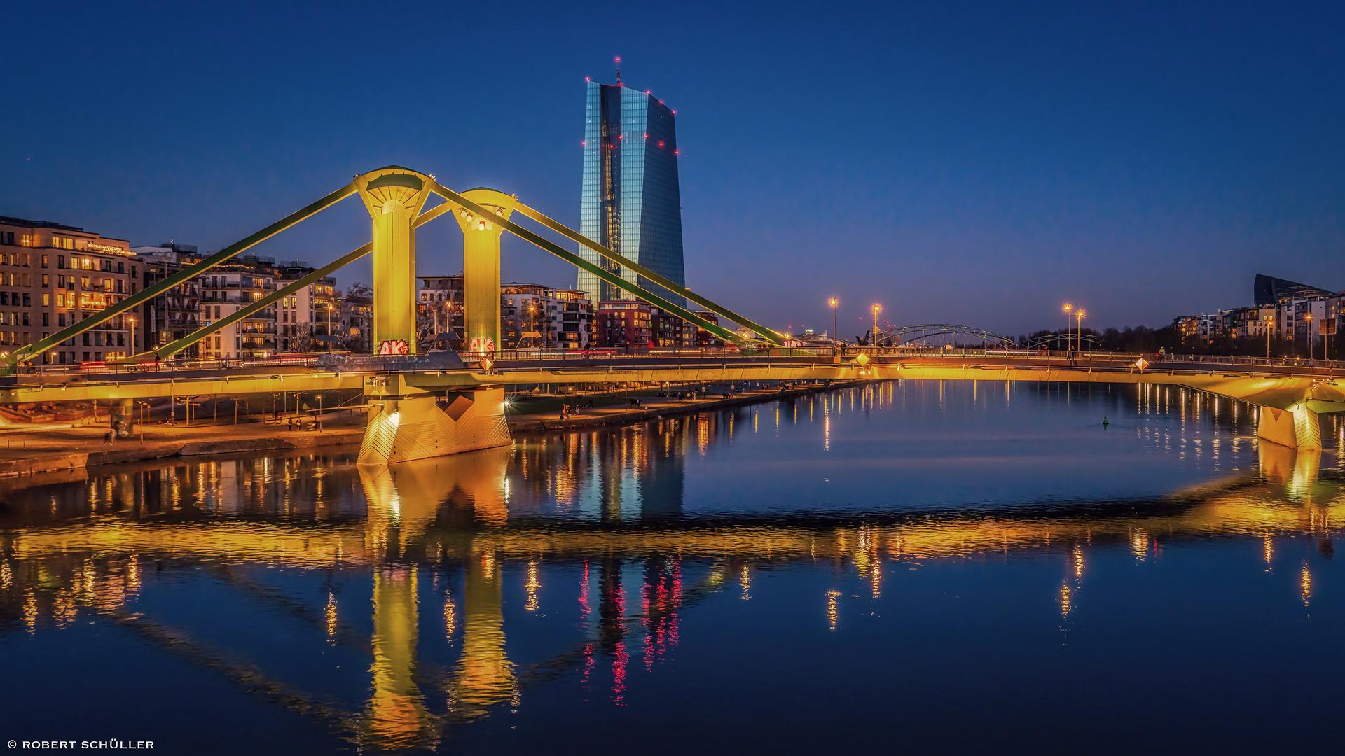 Frankfurt: Farbenpracht am nächtlichen Main.