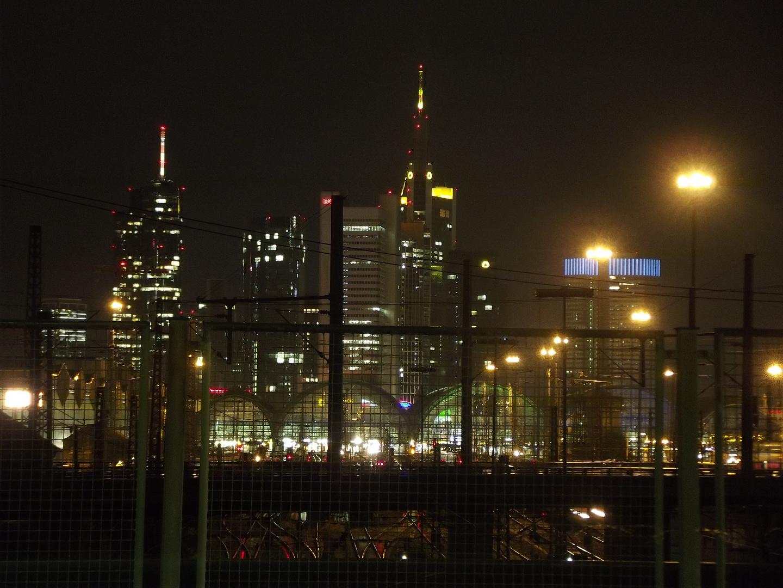 Frankfurt Hauptbahnhof mit Skyline