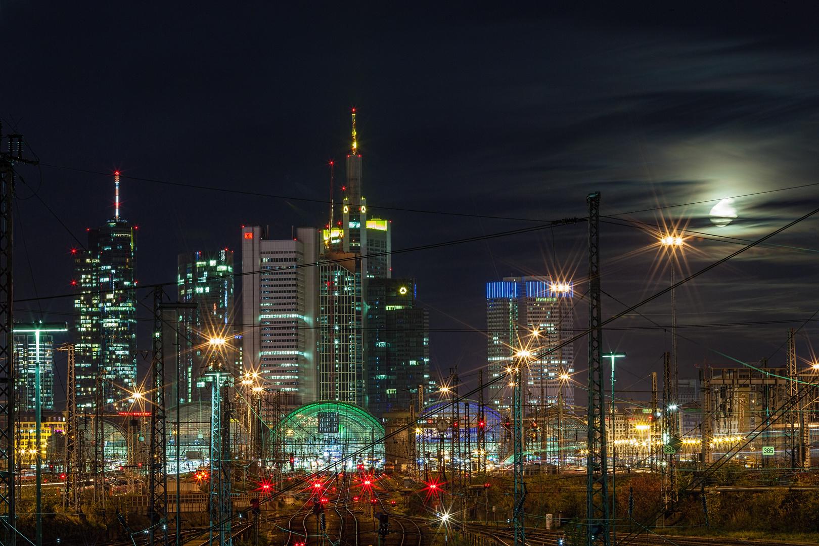 Frankfurt Hauptbahnhof & Skyline & MOnd