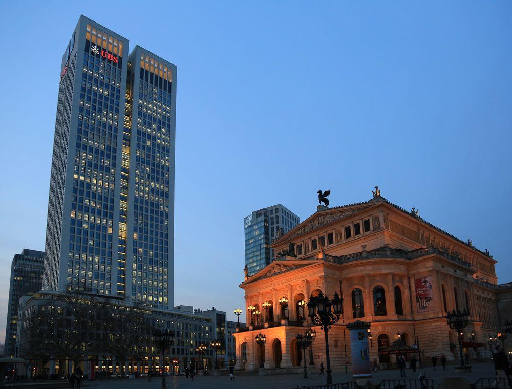 Frankfurt - UBS-Hochhaus und Alte Oper