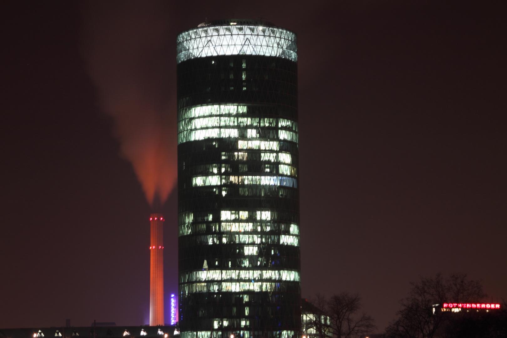 Frankfurt Westhafen Tower bei Nacht
