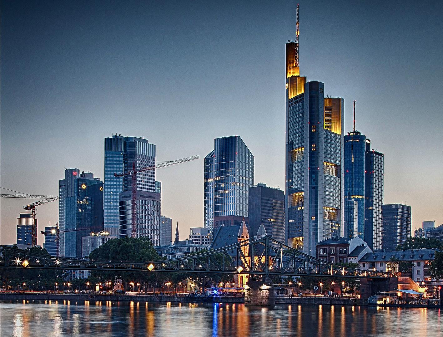 Frankfurt zu Beginn der blauen Stunde