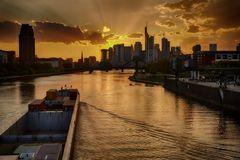 Frankfurter Skyline mit Main 1
