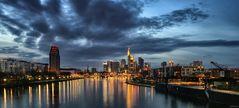Frankfurter Skyline zur blauen Stunde