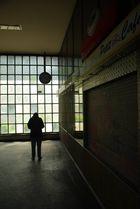 Frau an der U-Bahnstation