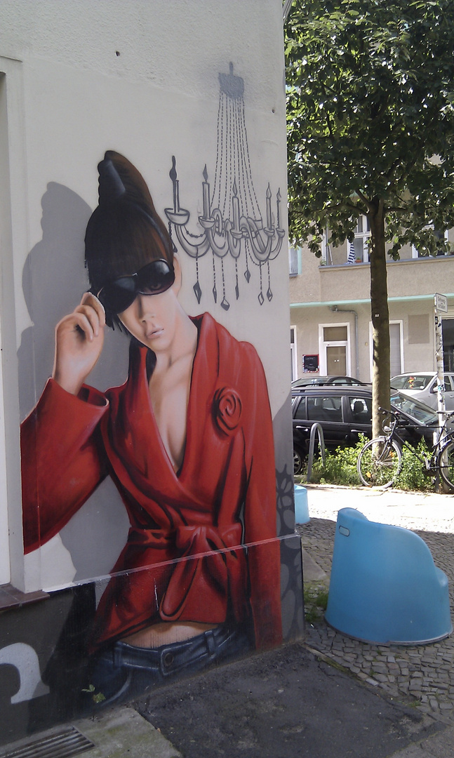 Frau an der Wand
