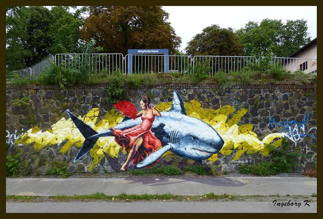 Frau auf Fisch