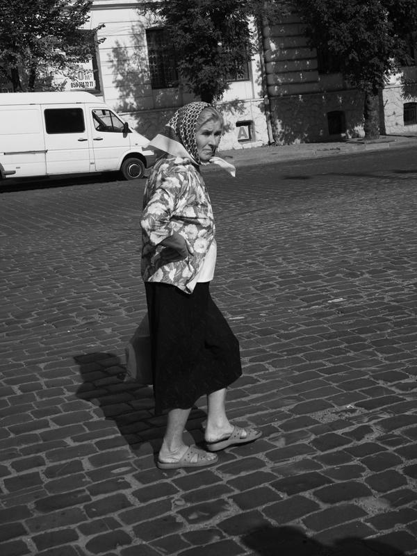 Frau auf Kreuzung