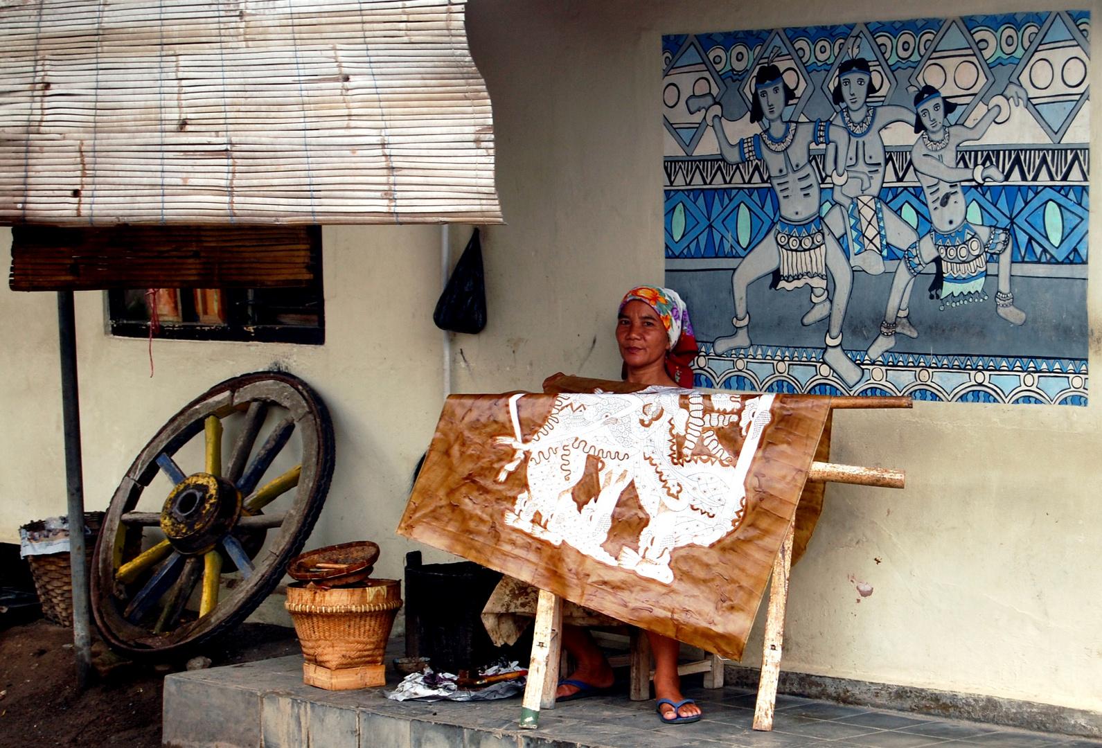 Frau bei Batikarbeit