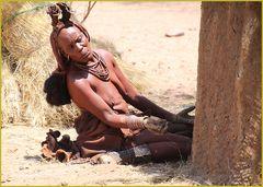 Frau beim Lehmbau  ... in NAMBIA