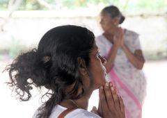 Frau betet Tempel Sri Lanka