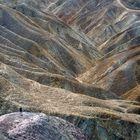 Frau betrachtet die grossartige Natur bei Death valley