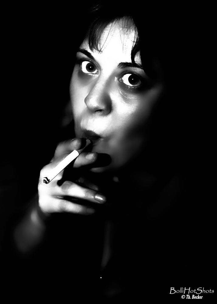 Frau geniesst beim Rauchen in Schwarzweiß