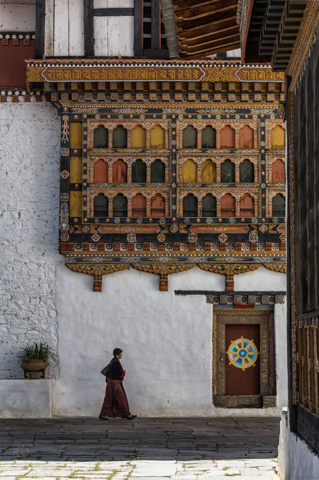Frau im Paro-Dzong