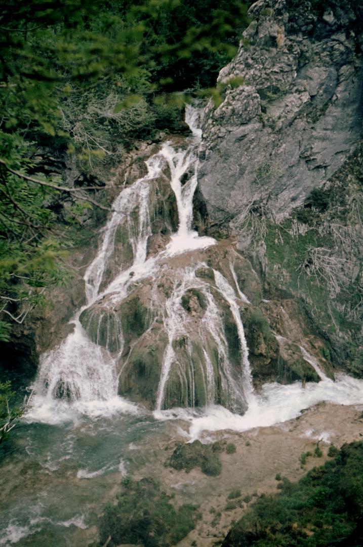Frau im Wasserfall