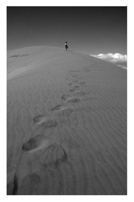 Frau in den Dünen
