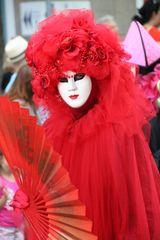 Frau in Rot Karneval Umzug K-45