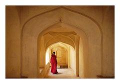 Frau in rotem Sari