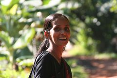 Frau in schwarz in Kerala, Indien