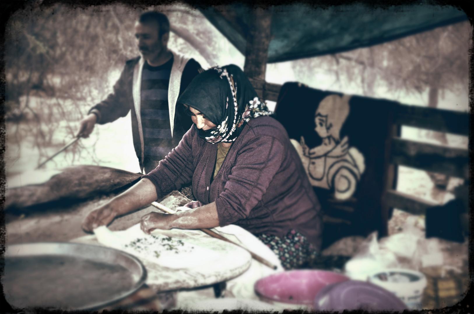 Frau macht Fladenbrot (Türkei)