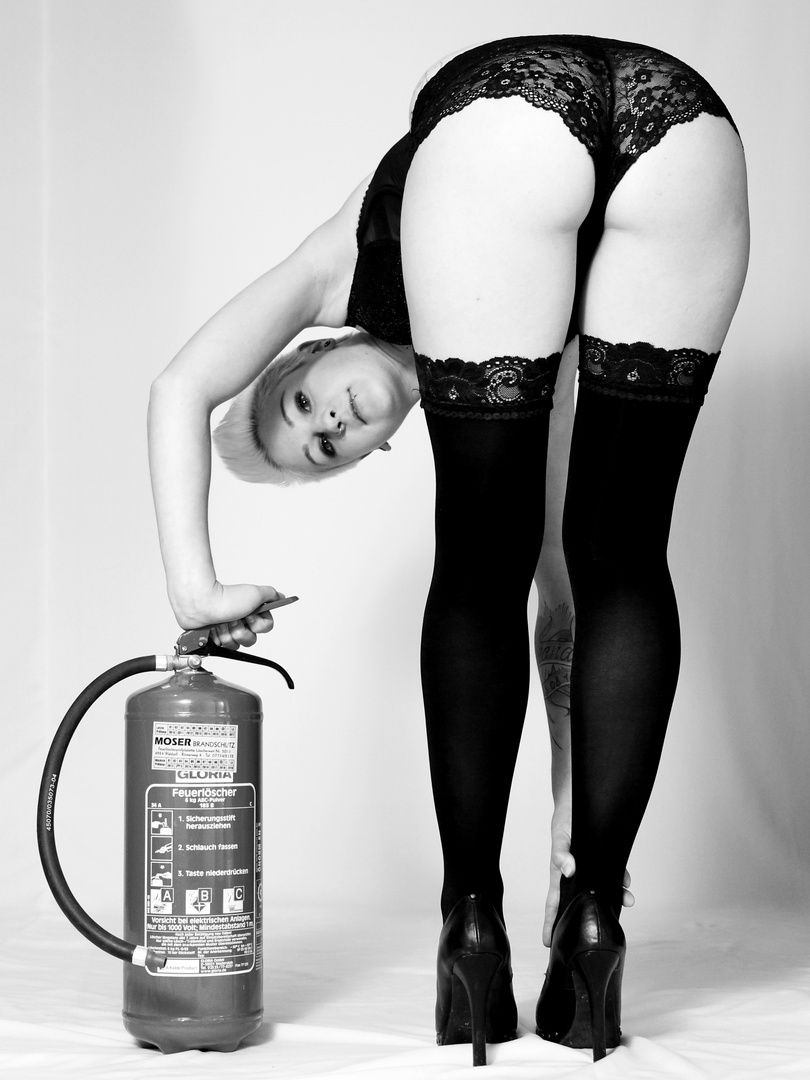 Frau mit Feuerlöscher