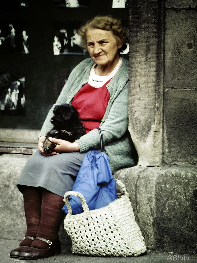 Frau mit Hund......  Polen 1984 (Dia-Scan)
