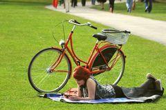 Frau mit rotem Fahrrad