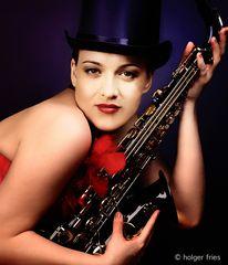 Frau mit Saxofon