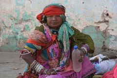 Frau mit Wasserflasche India Ca-08-col +story+1Foto
