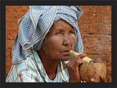 Frau mit Zigarre