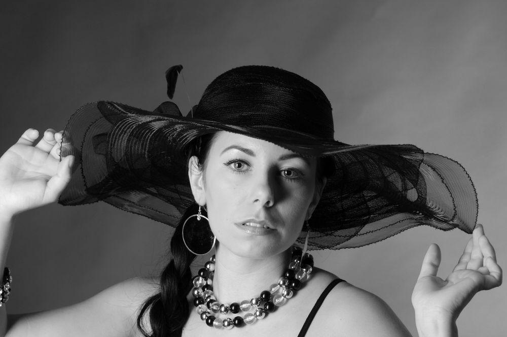 Frau trägt wieder Hut