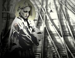 Frau über Schienen