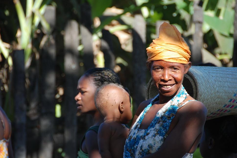 Frau und Ihr Kind auf dem Land Madagaskar