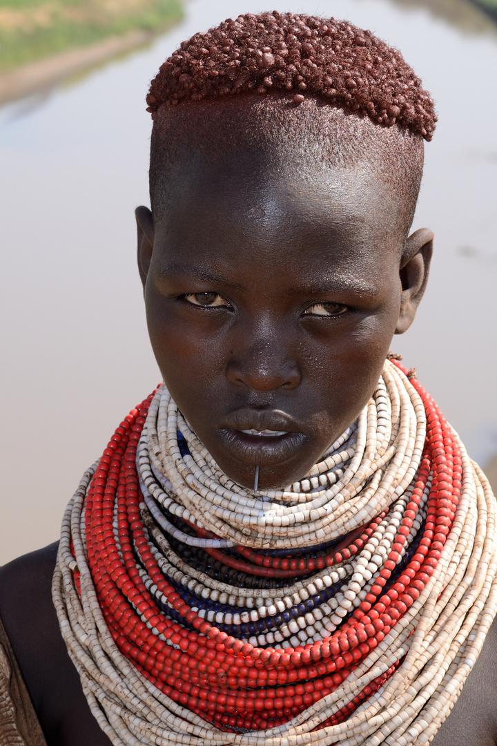 Frau vom Volk der Karo