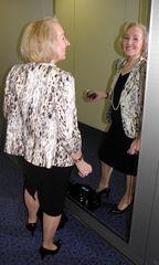 Frau vor dem Spiegel