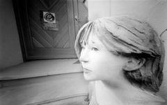 Frau vor Tür