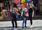 Frauen am Handy vor Spielzeugballons in der farbenfrohen Fußgängerzone von  Neapel