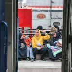 Frauen auf Bahnsteig Luxor