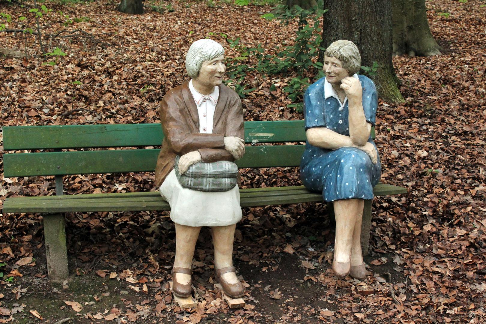 Frauen auf der Parkbank im gespräch...