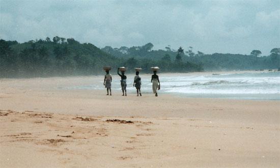 Frauen unterwegs am Strand von Ghana.