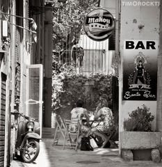 Frauen vor der Bar