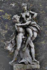"""""""Frauenraub""""-Skulptur in der Eremitage Bayreuth"""
