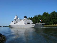 Fregatte EVERTSEN an Landwehr vorbei.