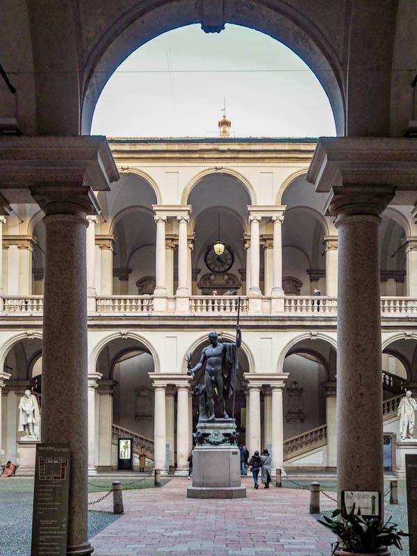 Frei zugänglicher Innenhof der Pinakothek Brera in Mailand