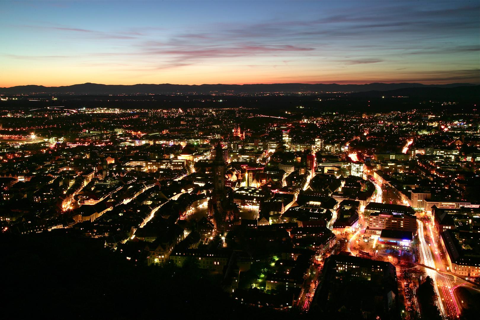 Freiburg Blaue Stunde mit  Rheintal/Vogesen