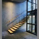 Freitragende Einholmtreppe mit Glasgeländer