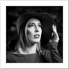 Freya - Porträt mit Hut