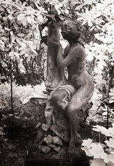 Friedhof Ohlsdorf (II) - Nymphe mit Schmetterling
